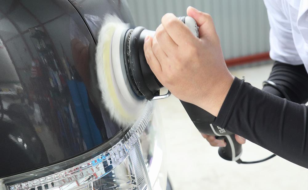 撥水性と光沢を維持し、長期間の手入れを必要としないボディコーティングが非常におすすめです。他にもヘッドライト磨きや車内クリーニングを行っております。